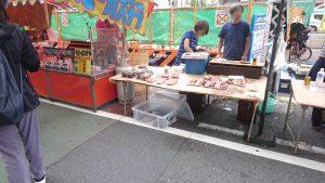 巣鴨地蔵通り商店街 縁日 鮭の切り身とベビーカステラ